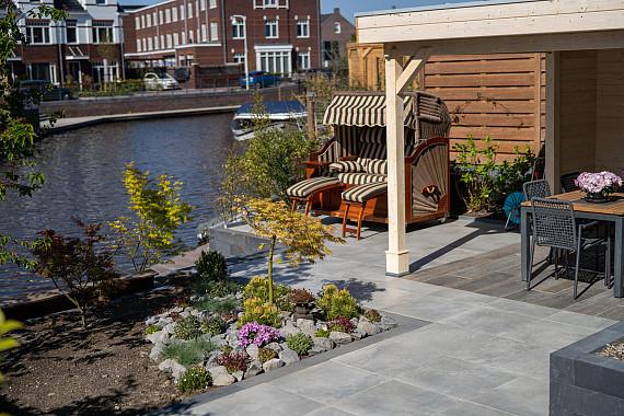 Combinatie van groen, keramische tegels en veranda