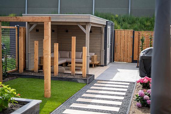 Zonnige tuin met veranda