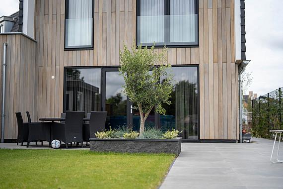 Moderne tuin met grasveld en tuinhuis