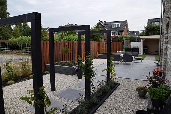 Gevarieerde tuin met veranda