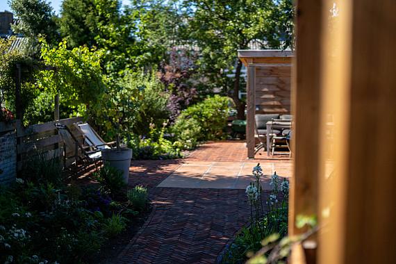 Klassieker klinkers in natuurrijke tuin