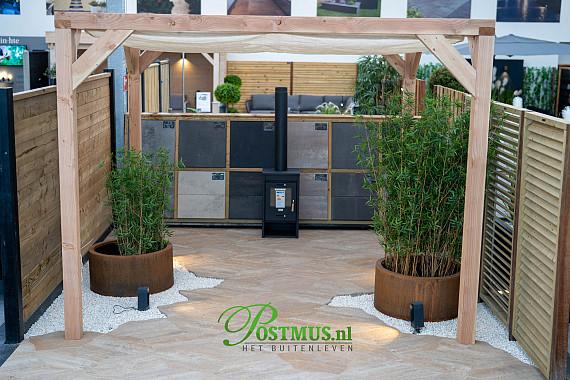 Natuurlijke tuin, met een terrastegel die alleen verkrijgbaar is bij Postmus