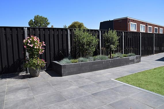 Deze moderne tuin baadt in de zon