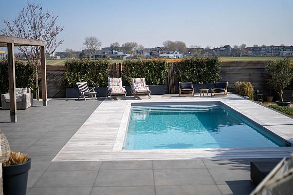 Riante tuin met luxe Piet Boon tegels
