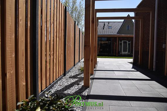 Moderne tuinmaterialen gecombineerd met een stoere veranda