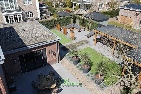 Ruime en rijke tuin met veranda