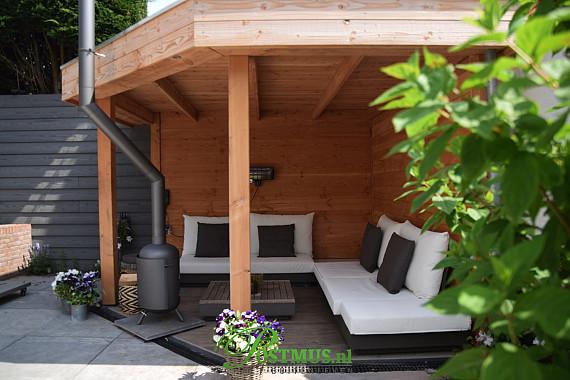 Schutting en veranda in kleine tuin